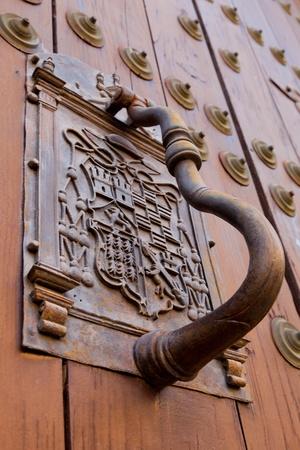 no entrance: Detalle de una aldaba Puerta ornamentada en la puerta de un edificio Foto de archivo