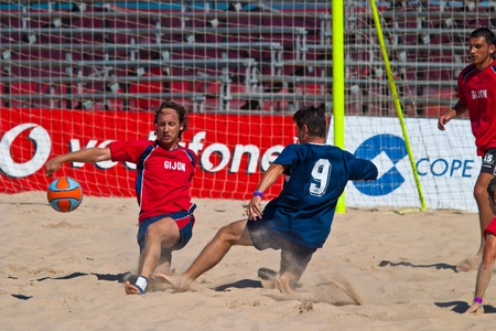 CADIZ, SPAIN -  JUL 30:  Unknown players of the team of Cadiz and Gijon playing the Spanish Championship of Beach Soccer on Jul 30, 2005 on the beach of La Victoria in Cadiz, Spain Stock Photo - 11117476