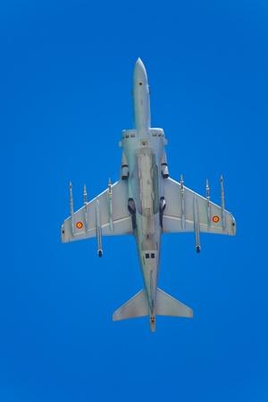 pilotos aviadores: CÁDIZ, ESPAÑA-10 de septiembre: Aviones Harrier AV-8B Plus tomar parte en una prueba en la tercera airshow de Cádiz el 10 de Sep de 2010 en Cádiz, España