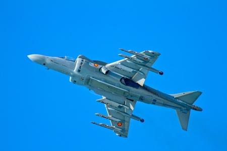 pilotos aviadores: CÁDIZ, ESPAÑA-09 de septiembre: Los aviones AV-8B Harrier Plus tomar parte en una prueba en la cuarta airshow de Cádiz el sep 9, 2011, en Cádiz, España Editorial