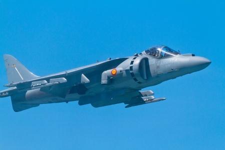 pilotos aviadores: CÁDIZ, ESPAÑA-11 de septiembre: Aviones Harrier AV-8B Plus participar en una exposición en el salón aeronáutico de cuarto de Cádiz el 11 de Sep de 2011, en Cádiz, España
