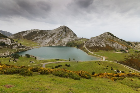 Fantastic lake Enol, one of the famous lakes of Covadonga, Asturias ,  Spain Foto de archivo