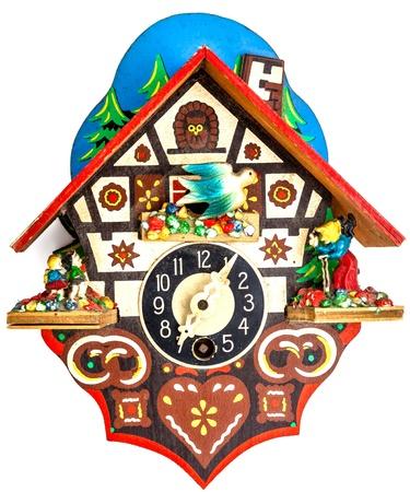 reloj cucu: Un reloj de cuco poco sobre un fondo blanco Foto de archivo