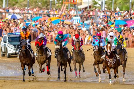 SANLUCAR DE BARRAMEDA, CADIZ, ESPANHA - 27 DE AGOSTO: pilotos não identificados competem a segunda corrida de cavalos chamada Fundación Cajasol em 27 de agosto de 2016 em Sanlucar de Barrameda, Cadiz, Espanha.