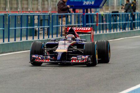 JEREZ DE LA FRONTERA, SPAGNA - 31 GENNAIO: Daniil Kvyat della Scuderia Toro Rosso F1 che lascia la fossa durante la sessione di allenamento il 31 gennaio 2014, a Jerez de la Frontera, in Spagna Editoriali
