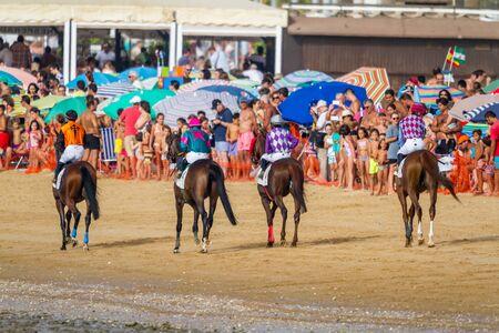 SANLUCAR DE BARRAMEDA, CÁDIZ, ESPAÑA - 27 DE AGOSTO: Jinete no identificado en el inicio de la segunda carrera de caballos llamada Fundación Cajasol el 27 de agosto de 2016 en Sanlúcar de Barrameda, Cádiz, España.