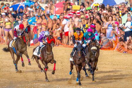 SANLUCAR DE BARRAMEDA, CÁDIZ, ESPAÑA - 27 DE AGOSTO: Los jinetes no identificados compiten con la segunda carrera de caballos llamada Fundación Cajasol el 27 de agosto de 2016 en Sanlúcar de Barrameda, Cádiz, España.