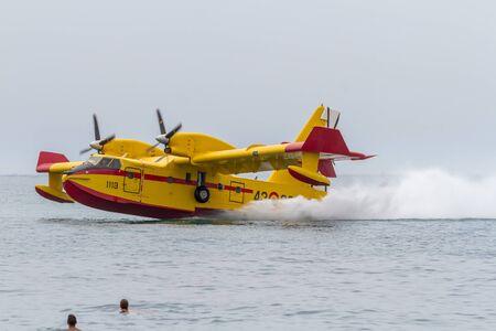TORRE DEL MAR, MÁLAGA, ESPAÑA-31 DE JULIO: Hidroavión Canadair CL-215 participando en una exposición en el 1er airshow de Torre del Mar el 31 de julio de 2016, en Torre del Mar, Málaga, España