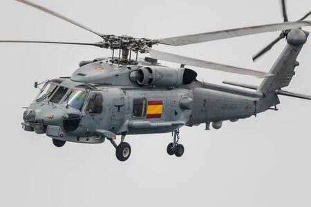 MOTRIL, GRANADA, SPANIEN-JUN 09: Hubschrauber SH-60B Seahawk Teilnahme an einer Ausstellung auf der 12. internationalen Airshow von Motril am 9. Juni 2017, in Motril, Granada, Spanien Editorial