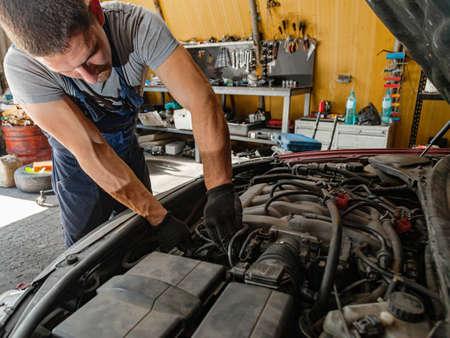 Car Engine Repair Technician Mechanic Shop Worker Standard-Bild