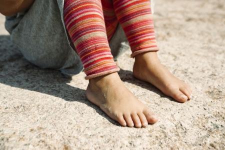pied fille: Une fille avec pieds en été