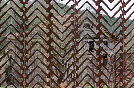 Rusted metal fence section in front of the back yard, Plana mountain, Bulgaria 版權商用圖片