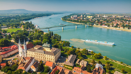 Vista de la ciudad histórica húngara de la basílica en Esztergom, el río Danubio y el puente fronterizo a la ciudad de Sturovo en Eslovaquia.