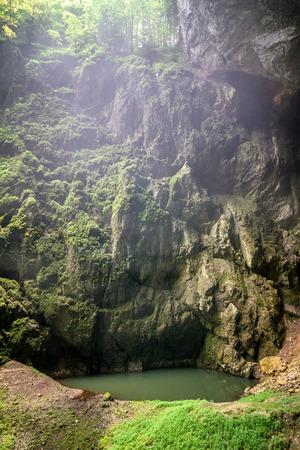 La gorge de Macocha avec lac, gouffre dans le système de grottes du Karst morave, République tchèque, Europe. Banque d'images
