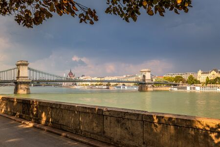 Budapest, view of the Chain Bridge from a promenade at the river Danube, Hungary, Europe. Stockfoto