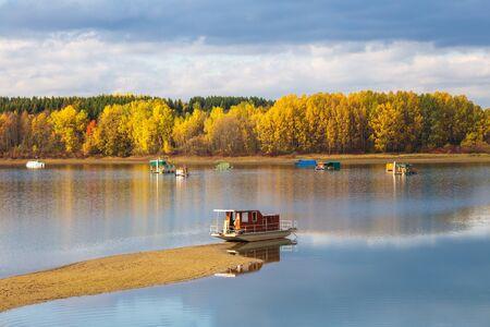 Houseboats on The Liptovska Mara dam in the morning light at autumn, the area of Liptov in Slovakia, Europe. Stockfoto