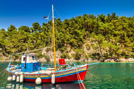Colorful wooden boat moored in the sea bay. Stockfoto