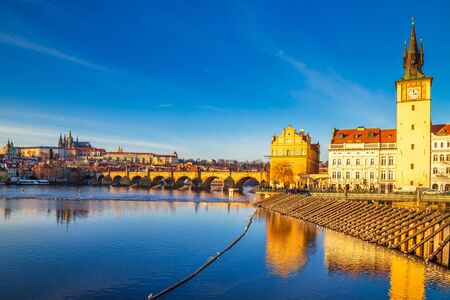 Prague Castle and Charles bridge above Vltava river at sunset, Czech Republic, Europe. Stockfoto