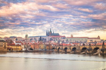 Prague Castle and Charles bridge above Vltava river early morning with beautiful sky, Czech Republic, Europe. Stockfoto