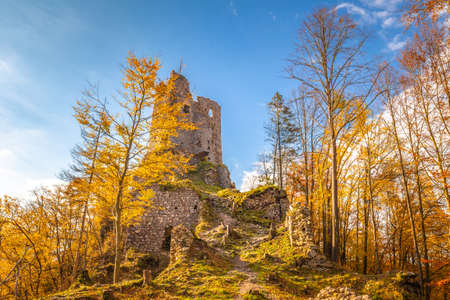 Medieval castle Starhrad in the autumn mountain landscape, Slovakia, Europe. Stockfoto