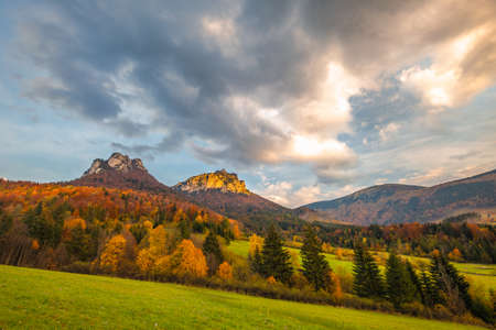 Autumn rural landscape with mountains peaks on background. The Vratna valley in Mala Fatra national park, Slovakia, Europe. Stockfoto