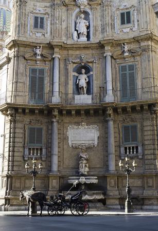 octogonal: Palermo, Sicilia, Italia - el 03 de octubre 2012: Coche de caballos en la plaza barroca de Quattre Canti. La plaza es octogonal, cuatro lados son las calles; los cuatro lados restantes son edificios barrocos, el 3 de octubre de 2012 en Palermo, Italia Editorial