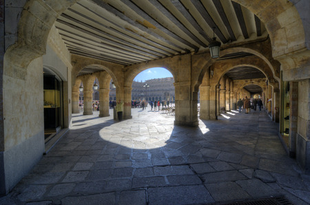 vida social: SALAMANCA, ESPA�A - 05 de febrero 2013: Los peatones en la plaza. La Plaza Mayor de Salamanca, Espa�a, es una plaza urbana construida como castellana que con el tiempo se convirti� en el centro de la vida social de la ciudad. El 05 de febrero 2013