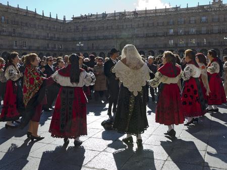 recibo: SALAMANCA, ESPAÑA - 05 de febrero 2013: músicos populares y bailarines. Conmemoración de Santa Águeda, el 5 de febrero es un festival muy popular en muchas partes de Castilla y León. En Salamanca asociaciones de mujeres reciben la batuta en el ayuntamiento, bailes celebrados i