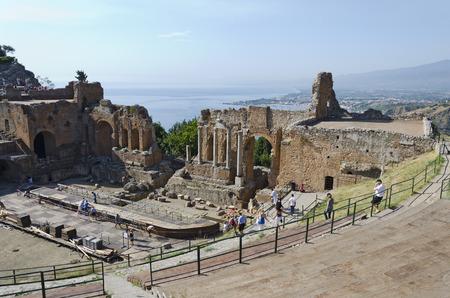 """teatro antiguo: Taormina, Sicilia, Italia - 27 de septiembre de 2012: Un grupo de turistas visitan el antiguo teatro (el Greco teatro, o """"teatro griego""""), que es una de las ruinas m�s famosas en Sicilia, el 27 de septiembre de 2012 en Taormina, Italia"""