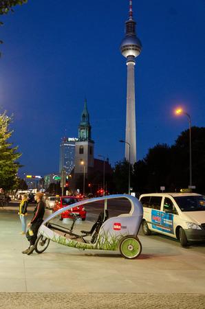 rikscha: BERLIN, DEUTSCHLAND - 28. September: Eine traditionelle Rikscha Taxi und Wartezeit f�r die Kunden in der N�he Alexanderplatz am 28. September 2013 in Berlin, Deutschland Editorial