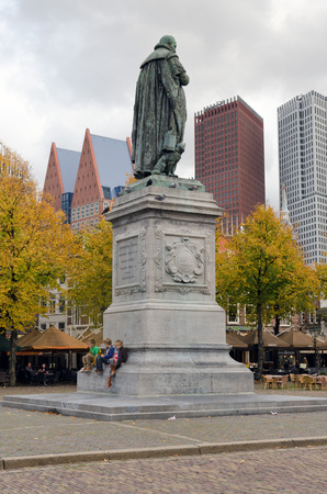 revolt: HAGUE, NETHERLANDS - OCTOBER 23, 2013: Statue of William I on October 23, 2013 in Hague. Prince of Orange (William the Silent) was the Dutch revolt leader against the Spanish that led to formal independence in 1648 Editorial