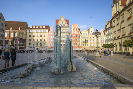 polen: WROCLAW, POLAND - OCTOBER24, 2014: Wroclaw City center, Fountain and Market Square tenements