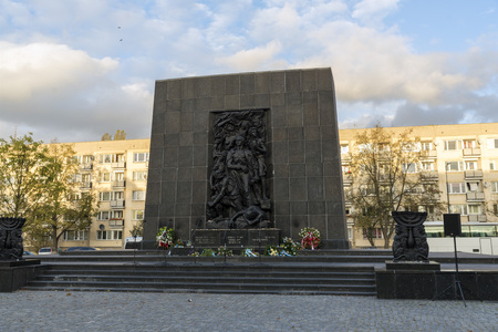 seconda guerra mondiale: Varsavia, Polonia - 20 ottobre 2014: Lato anteriore del memoriale Rappaport a rivolta ebraica nel ghetto di Varsavia nel secondo conflitto mondiale.