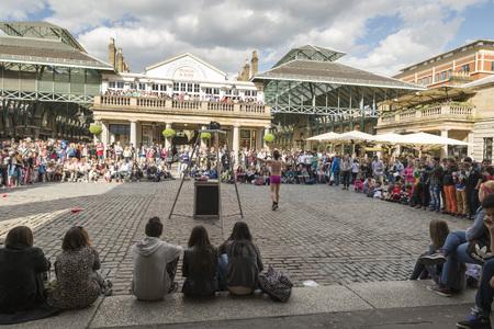 covent: LONDON, UNITED KINGDOM - JUNE 5,  2014: Street performers at The Covent Garden, London, United Kingdom Editorial
