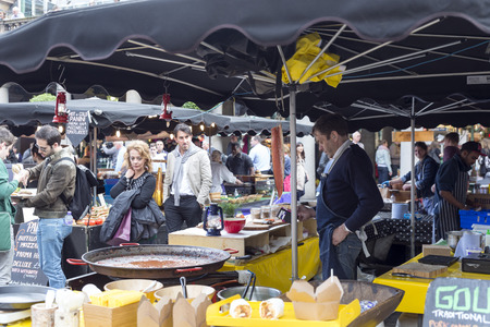 covent: LONDON, UNITED KINGDOM - JUNE 5,  2014: street Vendors in the stalls takeaway food in Covent Garden, London Editorial