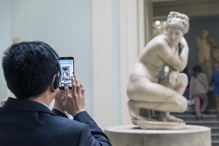 aphrodite: LONDRES, Reino Unido - 05 de junio 2014: Museo Británico. Venus de Lely, Afrodita sorprendió mientras se baña. Mármol, copia romana del siglo 2 aC después de un original helenístico.