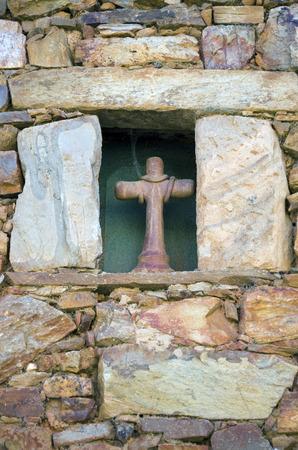 kruzifix: Ein Kruzifix in einem kleinen Fenster getragen