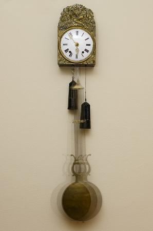 reloj de pendulo: Antiguo reloj de péndulo en movimiento.