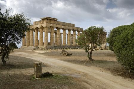 tempio greco: Fountain and Greek temple in Selinunte Archivio Fotografico