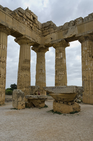 tempio greco: columns of a Greek temple in Selinunte, Sicily Archivio Fotografico