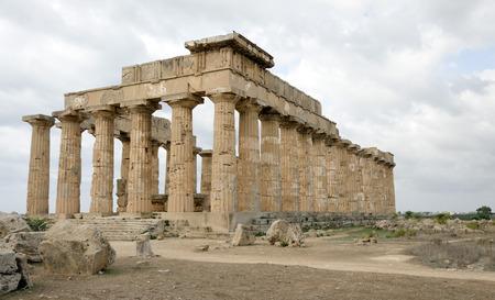 tempio greco: colonne di un tempio greco in Selinunte, Sicilia