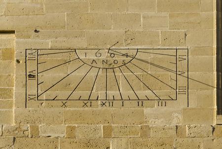 reloj de sol: reloj de sol en la ciudad de Úbeda, provincia de Jaen, España Foto de archivo