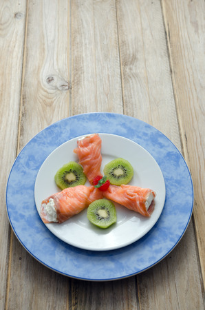 salmon ahumado: salmón ahumado relleno de queso crema, adornado con aguacate
