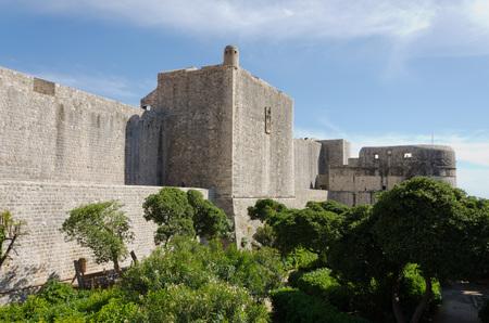 edad media: Las paredes de la ciudad de Dubrovnik se remontan a la Edad Media, y se completaron como se ven hoy en el siglo 14.
