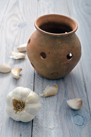 clay pot: garlic next to a clay pot for conservation