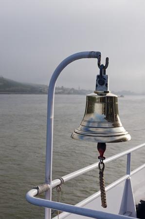 deportes nauticos: Bell en el barco de cruceros con el nudo de marinero en badajo. río Rin, Alemania Foto de archivo