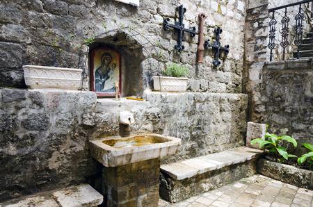 simbolos religiosos: Un rincón de la ciudad de Kotor en Montenegro, con símbolos religiosos de la Iglesia Ortodoxa