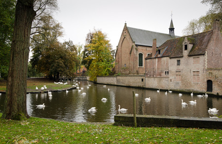 middle ages boat: Houses along the canals of Brugge or Bruges, Belgium