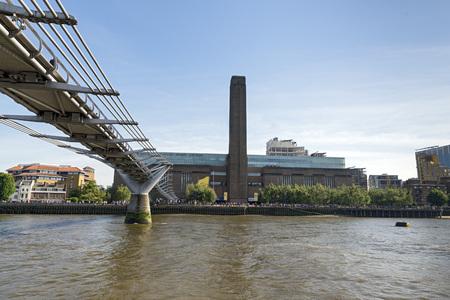millennium bridge: Tate Modern and the Millennium bridge (London, England).