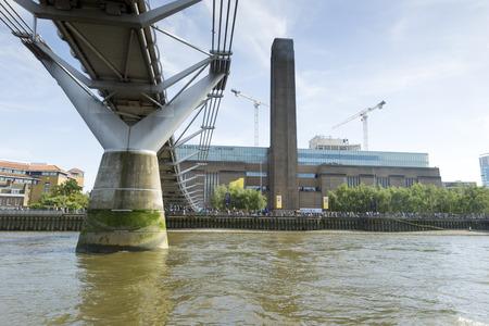 millennium: Tate Modern and the Millennium bridge (London, England).